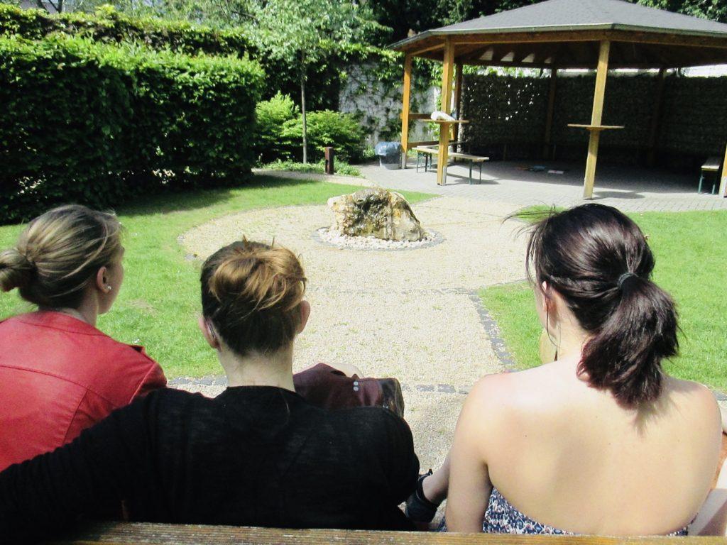 Gemeinsamer Austausch über Spiritualität im Garten der Religionen