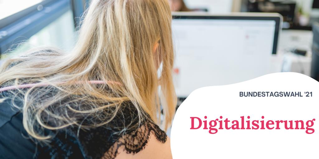 """Auf dem Bild sieht man eine blonde Frau, die auf einen Computer-Bildschirm blickt. Rechts auf dem Bild steht """"Bundestagswahl '21 Digitalisierung"""""""