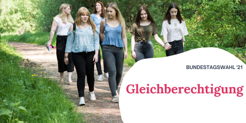 """Eine Gruppe junger Frauen läuft durch die Natur. Rechts auf dem Bild steht """"Bundestagswahl '21 Gleichberechtigung"""""""